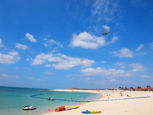 飛行機が見える綺麗なビーチ